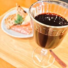 🌙今夜は #永作博美 さんのカフェ「ヨダか」で一人飲み。おつまみセットのチーズがトリュフ効いてて美味すぎる(=゚ω゚)ノ🍷✨ちなみに10月はかぼちゃのシフォンケーキだよ🍰 #ヨダか #神宮前 #cafe #coffee #表参道 #コーヒー #珈琲 #一二味 #さいはてにて