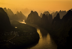 Backlight in another world. (Massetti Fabrizio) Tags: rosso guilin cina china cambo rodenstock rural river guangxi guanxi giallo yangshou yangshuo red landscape landscapes mountain mount sunrise sun sunlight