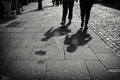 (...) (ángel mateo) Tags: ángelmartínmateo ángelmateo irlanda dublín dublin ireland eire erin irish ♣ calle urbano urban street sombra adoquín empedrado pareja acera cobblestone shade sidewalk paved couple