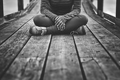 Sentarse y no esperar nada de esta mierda de mundo (Mishifuelgato) Tags: sentarse sentado mundo mierda blanco negro black white nikon d90 50mm 18 hondo crevillente parque natural madera simetria