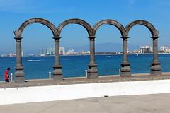 Puerto Vallarta: Malecón - Los Arcos (wallyg) Tags: arches bahíadebanderas bahiadebanderas centro coloniacentro jalisco losarcos losarcosamphitheater méxico malecón malecon mexico plazamorelos puertovallarta thearches banderasbay