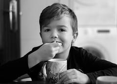Comer por un lado. 185/365. (anajvan) Tags: desayuno comer cocina niño rutinas