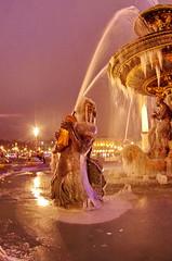 Paris Janvier 2017 - 17 une fontaine gelée Place de la Concorde (paspog) Tags: paris france 2017 janvier january januar placedelaconcorde fountain fontaine brunnen nuit night nacht fontainegelée frozenfountain