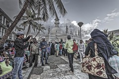 Arrival at Haji Ali Dargah mosque, Mumbai, India (bighands@yahoo.com) Tags: india nikon sigma mosque maharashtra mumbai hdr in nikond3200 sigma1020