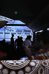Bahamas 1988 (180) New Providence: Straw Market, Nassau (Rüdiger Stehn) Tags: dia analogfilm scan 1980s slide 1980er diapositivfilm kleinbild kbfilm analog 35mm canoscan8800f 1988 contax137md bahamas nassau insel newprovidence amerika westindischeinseln karibik mittelamerika stadt strase bauwerk profanbau menschen leute strawmarket strohmarkt schiff kreuzfahrtschiff hafen downtownnassau thebahamas nordamerika gebäude
