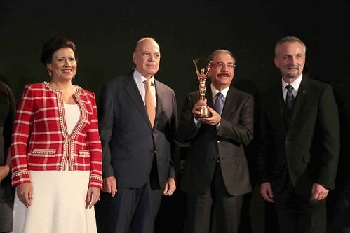 """El presidente Danilo Medina sostiene la estatuilla del premio «Mejor Hotel de Lujo de  Ciudad para el Continente de Las Américas». • <a style=""""font-size:0.8em;"""" href=""""http://www.flickr.com/photos/91359360@N06/31597193042/"""" target=""""_blank"""">View on Flickr</a>"""