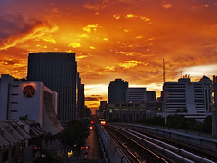 bangkok gold rush (AraiGodai) Tags: city sunset urban thailand interestingness interesting bangkok olympus 2006 explore transportation skytrain e1 arai bts electrictrain  zd krungthep  1454mm  explorefrontpage araigordai gordai raigordai araigodai