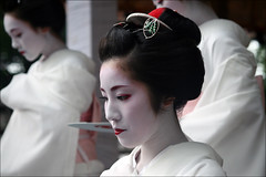 White : Miyagawa Maiko (mboogiedown) Tags: travel red summer woman white topf25 beauty festival japan neck asian japanese interestingness kyoto shrine asia traditional july lips explore maiko geiko geisha  yukata   kimono obi gion tradition kansai   matsuri cultural   miyagawa  hanagasa miyagawacho    yasaka  yokoso    mapjapan    kanzashi      momoware  interestingness90     yokosojapan  flowerandwillowworld karyukai     bokehlicious  kyorestu