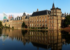 PARLIAMENTBUILDINGS (DEN HAAG) (Akbar Simonse) Tags: holland reflection netherlands architecture buildings thenetherlands denhaag government thehague hofvijver parliamentbuildings binnenhof goldenglobe 200000000stagelovers ilovemypics akbarsimonse