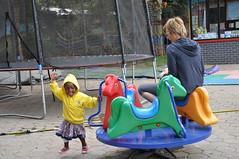 Sumaya en Mama Leen hebben fun op de speeltuin