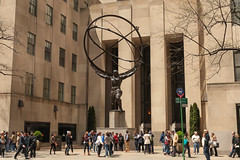 Fifth Avenue - New York City (USA) (Meteorry) Tags: nyc newyorkcity people urban usa newyork statue bronze america unitedstates manhattan unitedstatesofamerica may 5thavenue rockefellercenter midtown atlas empirestate artdeco fifthavenue bigapple leelawrie 2015 meteorry titanatlas