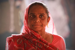 महिला (Mathijs Buijs) Tags: old light red portrait woman india canon eos clothing asia fort delhi traditional piercing clothes 7d northern hindu saree sari chandni chowk