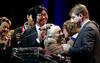 vœux du maire d'orsay 2017 : remise du prix de la ville (hyéronimous) Tags: orsay voeuxdumaire mairie cérémonie 2017 bonneannée grandmère vieilledame bisous
