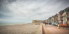 Mers-les-Bains (CrËOS Photographie) Tags: merslesbains hautsdefrance france beach plage maisons houses perspective sea mer falaise cliff architecture landscape paysage people