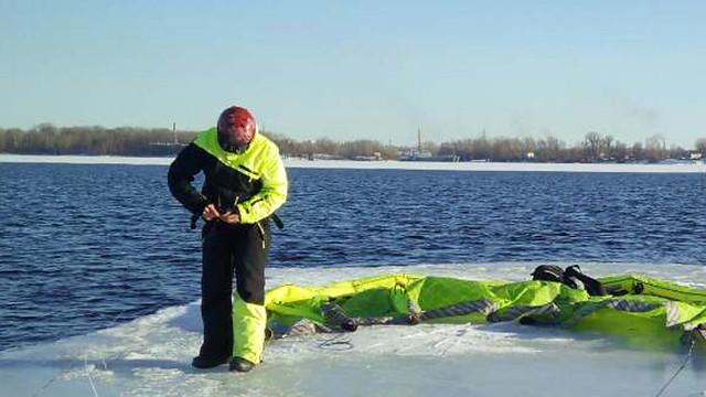 ВСамаре cотрудники экстренных служб сняли сдрейфующей льдины кайтсерфера