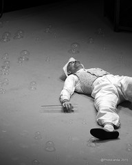 Pompas de Jabón (Landahlauts) Tags: water teatro agua smoke performance entertainment sphere granada iridescent catalunya humo cataluña soapy compañia burbujas esfera jabon espectaculo pustefix clinc pepbou soapbuble pompasdejabon glicerina irisdiscente bubbleologist teatroinfantil burbujasdejabon tensionsuperficial aguadestilada companyiapepbou eduardotelletxea efectomarangoni hidrofilas hidrofobas isaiasantolin moleculastensioactivas tensioactivo