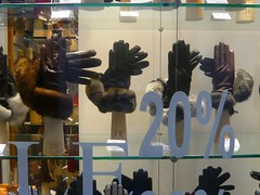 (Ponto e virgula) Tags: many glove shopwindow venezia montra luva muitos