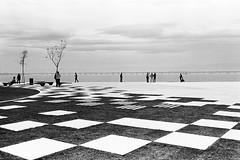 Urban chess (- Guilherme Magalhes -) Tags: street leica summer brazil people bw rio analog 35mm de downtown janeiro floor kodak squares trix chess pb summicron praa geometrical filme maua m4 analogica xadrez geometricas quadrados tx400