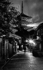 Yasaka-no-to pagoda, Higashiyama. Kyoto (@PAkDocK / www.pakdock.com) Tags: street city trip travel viaje light sunset summer bw white black tower japan stone night 35mm temple photography lights star pagoda focus kyoto long exposure cityscape f14 sony voigtlander gion manual japon nokton higashiyama yasaka a6000 pakdock sonya6000