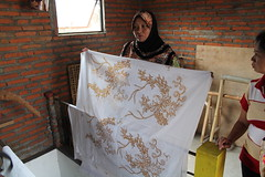 Ibu Ning one of batik homeworkers living Singosari district is showing her batik work