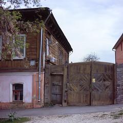 25, Pirogova str., Tula, Russia (Yuree M) Tags: rolleiflex 6008af xenotar 80 28 fujifilm velvia 50 film epson v700 tula russia 120 e6 medium format 6x6 old town wooden house autaut