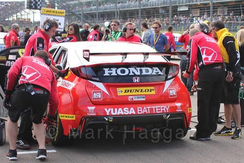 Gordon Shedden's car on the BTCC grid at Rockingham, September 2015