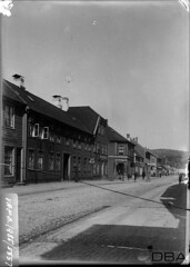 VAFB_1985-5557f (dbagder) Tags: bybilder trehus bygninger gater brostein mennesker gatebilder fasader