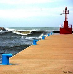 Un'altra vista del mare in burrasca - Another view of the rough sea (Pablos55) Tags: sea lighthouse faro pier mare harbour porto molo bollard onda bitte
