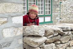 In Khumjung (Alfesto) Tags: nepal trekking himalaya namche khumbuarea sagarmathanationalpark khumjung phorche phortse kind child boy