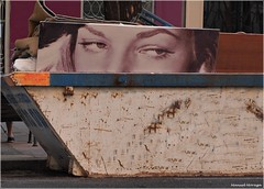 Mirada Perdida (Manuel Moraga) Tags: manuelmoraga miradaperdida ojos basura contenedor cuadro madrid españa spain