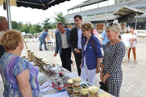 Lancement du marché bio surla place du Donjon en présence de Jérôme Baloge, maire de Niort et Sylvette Rimbaud conseillère municipale © B. Derbord