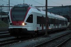 SBB Triebzug Flirt RABe 523 054 - 0 ( Triebwagen - Nahverkehrszug - Inbetriebnahme 2.0.0.8 - Hersteller  Stadler Rail ) am Bahnhof Delmont - Delsberg im Kanton Jura der Schweiz (chrchr_75) Tags: chriguhurnibluemail ch christoph hurni chrchr chrchr75 chrigu chriguhurni oktober 2015 albumzzz201510oktober albumbahnenderschweiz2015712 eisenbahn bahn schweizer bahnen albumsbbflirt flirt sbb cff ffs stadler rail albumbahnsbbrabeflirt triebzug nahverkehrszug v ffentlicher verkehr albumbahnenderschweiz zug train juna zoug trainen tog tren  lokomotive  locomotora lok lokomotiv locomotief locomotiva locomotive railway rautatie chemin de fer ferrovia  spoorweg  centralstation ferroviaria
