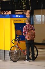 DSC_0031 (xrispixels) Tags: amsterdam ns trein fiets automaat reiziger