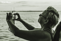 Lehiotik begira/Mirando por la ventana (mromeoruiz.wordpress.com) Tags: world streetphotography porlacalle street gente jendea viajes kalekogauzak cosasdelacalle venecia venice bidaiak mundua mundo travel