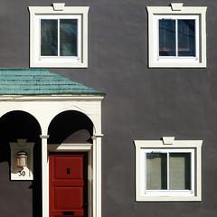 charcoal condo (msdonnalee) Tags: facade fachada facciate façade reddoor porch portico entry portal window janela ventana fenster finestra fenetre parkmerced sanfranciscocalifornia