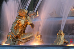 Encore trs brillantes ces statues... (mamnic47 - Over 6 millions views.Thks!) Tags: eau perspective versailles soleilcouchant img1616 photodenuit latone jetsdeau versailleschateaudeversailles bassindelatone grandeseauxnocturnes effetsdelumires