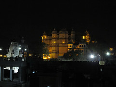 "Udaipur by night: le Palais <a style=""margin-left:10px; font-size:0.8em;"" href=""http://www.flickr.com/photos/127723101@N04/22570588886/"" target=""_blank"">@flickr</a>"