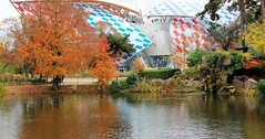 Paris France : Couleur d'automne autour de la Fondation Louis Vuitton, Autumn color around the Foundation Louis Vuitton,  Herbstfarbe um die Gründung Louis  Vuitton. On explore. (Histgeo) Tags: paris france couleur atomne orange reflet fondationlouisvuitton autumncolor herbstfarbe histgeo