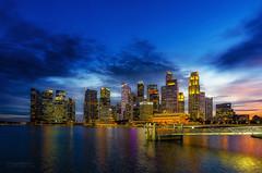 Singapur Skyline (Oliver H16) Tags: singapur asien nikon d7000 wolken wasser city nachtaufnahme nightshot langzeitbelichtung night longexposure skyline chinatown downtown panorama singapurflyer marinabaysands helixbrücke gardensbythebay esplanade sunteccity singapurriver singapoure