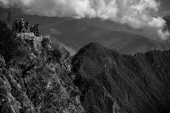Tourists On Top Of Machu Picchu Mountain (Cusco, Peru. Gustavo Thomas © 2016) (Gustavo Thomas) Tags: turistas people heights top mountain machupicchu cusco cuzco peru nature natura naturaleza trip travel clouds monochrome blackandwhite blancoynegro bnw tourists