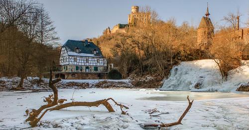 Zugefrorener Elzbach mit Wasserfall
