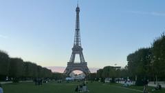 Paris: Tour Eiffel - the Eiffel Tower in dusk