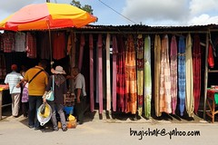 UnknownEOS 60D0425 (bngishak On & Off) Tags: bngishak canoneos60d efs1855mmf3556is serikin serikinweekendmarket bau sarawak colours textile people