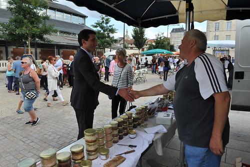 Lancement du marché bio surla place du Donjon en présence de Jérôme Baloge, maire de Niort © B. Derbord