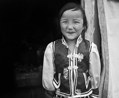 Mongolian girl on the steppe (^ Johnny) Tags: portrait people bw white black blanco girl monochrome monocromo noir chica y gente retrato negro mongolia et fille blanc  steppe gens     mongolie     estepa                camaeu                  bw