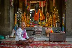 Cambodian Lady | Senhora Cambojana (Anderson Porfrio - Fotografia) Tags: lady temple nikon asia cambodia southeastasia cambodian gift siemreap angkor templo senhora presente angkortemples nikond3200 camboja oldhistory twines khmerempire sudesteasiatico templosdeangkor cambojana