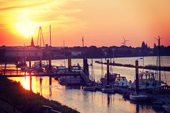 Golden Hour #2 (Maxi Winter) Tags: sunset summer port river boats harbor sonnenuntergang sommer boote rivière bremen weser été hafen fluss goldenhour coucherdesoleil fleuve yachthafen goldenestunde beateaux