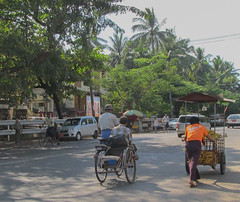 "Yangon: un tuk-tuk birman et un vendeur ambulant <a style=""margin-left:10px; font-size:0.8em;"" href=""http://www.flickr.com/photos/127723101@N04/23216250170/"" target=""_blank"">@flickr</a>"