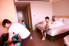 IMG_8829.jpg (小賴賴的相簿) Tags: family kids canon happy 50mm stm 台中 小孩 親子 陽光 chrild 福容飯店 5d2 老樹根 麗寶樂園 anlong77