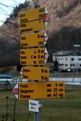 Wegweiser Vicosoprano  ( GR - 1`067m - Standorttafel Bündner Wanderwege ) im Dorf Vicosoprano im Bergell im Bezirk Maloja im Kanton Graubünden - Grischun der Schweiz (chrchr_75) Tags: christoph hurni chriguhurnibluemailch chrchr chrchr75 chrigu chriguhurni dezember 2015 albumzzz201512dezember albumwegweiserstandorttafelkantongraubünden kantongraubünden kanton graubünden bündner wanderwege standorttafel wegweiser albumbergell bergell val bargaja bregaglia kantongrischun grischun schweiz suisse switzerland svizzera suissa swiss